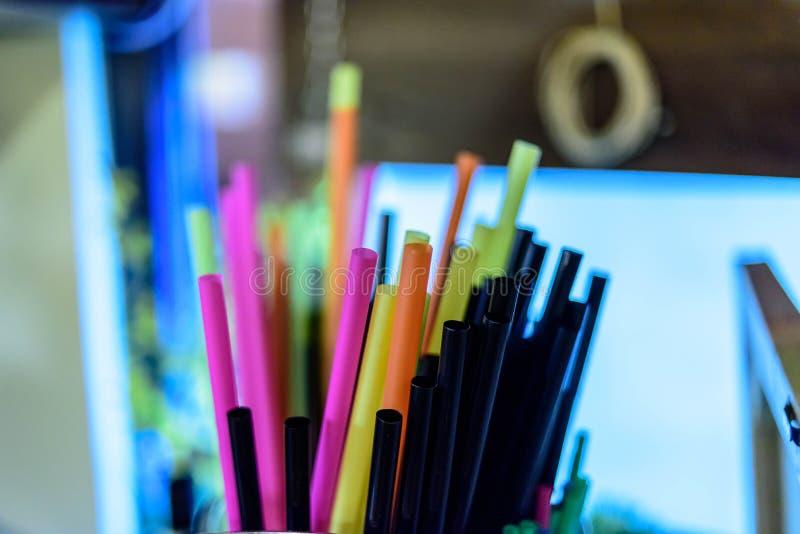 Paja coloreada del coctail en un pub fotografía de archivo libre de regalías
