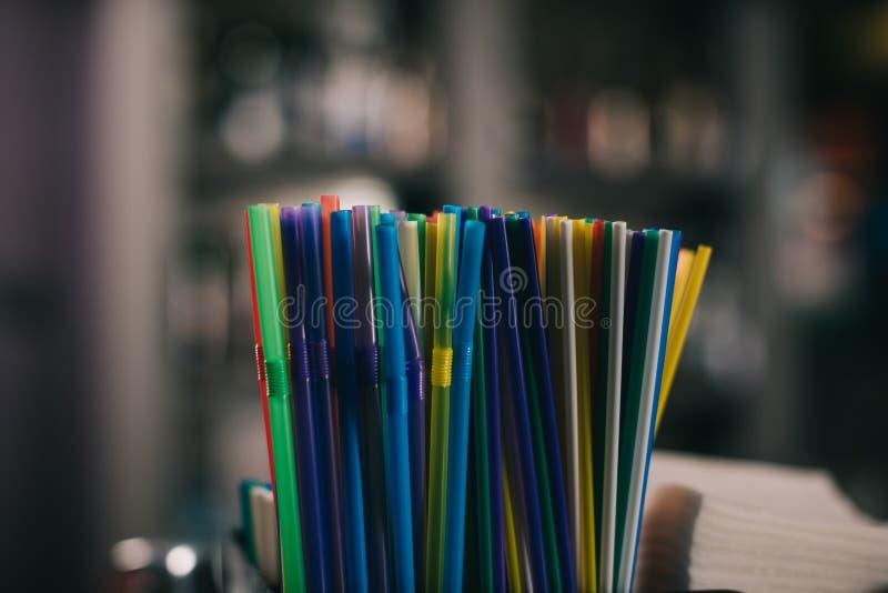 paja plástica coloreada para beber en fondo borroso fotos de archivo
