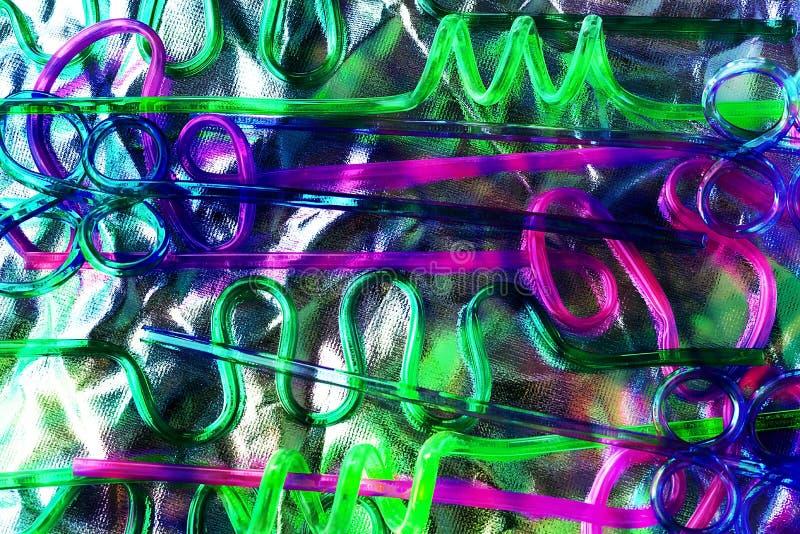 Paja plástica de neón para las bebidas Versión de moda del concepto del eco foto de archivo libre de regalías