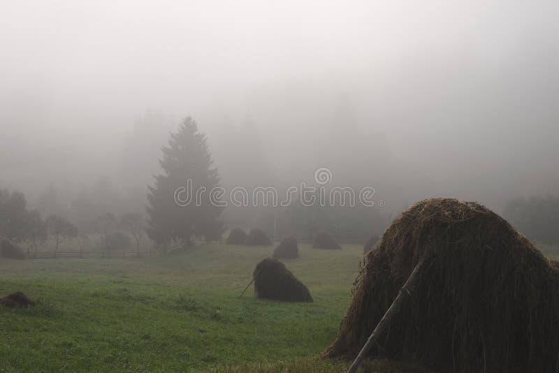 Pajar en una mañana de niebla imagenes de archivo