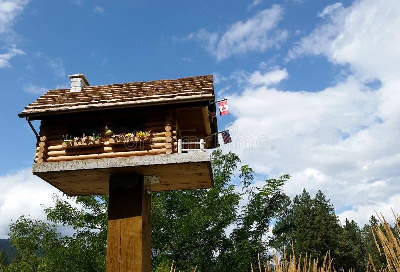 Pajarera de la cabaña de madera, Christina Lake, A.C. imagen de archivo