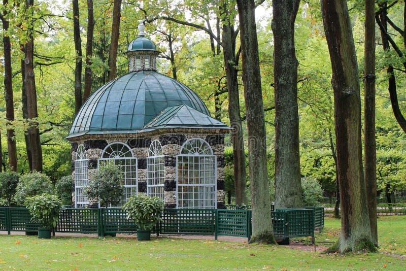Pajareras en el parque más bajo del conjunto del palacio y del parque de Peterhof fotos de archivo libres de regalías