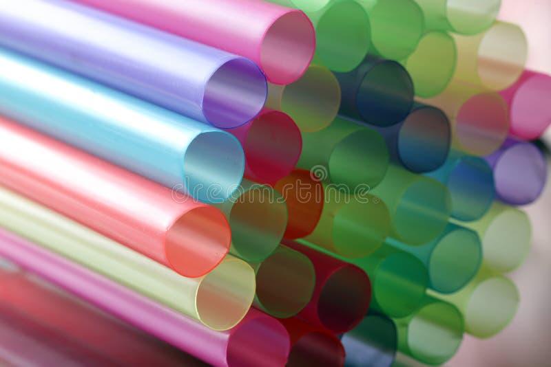 Pajas de beber coloreadas en colores pastel plásticas grandes, cierre para arriba imágenes de archivo libres de regalías