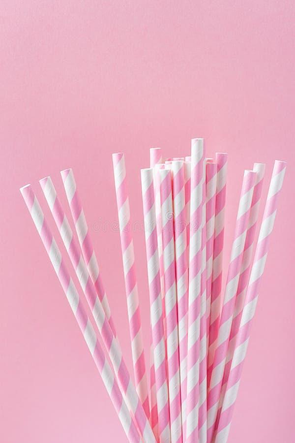 Pajas de beber elegantes del Libro Blanco con el ornamento rosado del modelo de las rayas en fondo fucsia La diversión de la fies imágenes de archivo libres de regalías