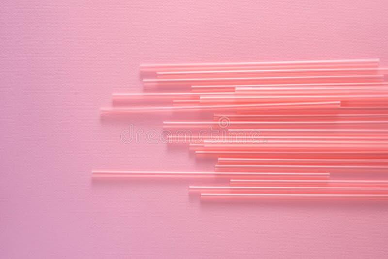 Pajas de beber en el fondo rosado brillante, visión superior fotografía de archivo libre de regalías