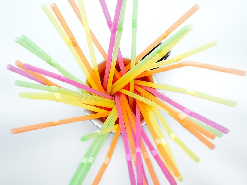 Pajas de beber plásticas coloreadas en un fondo blanco foto de archivo libre de regalías
