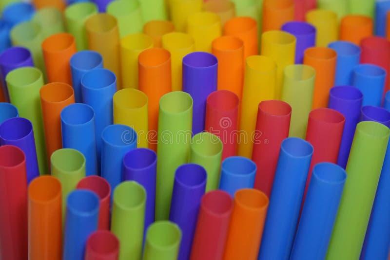 Pajas de beber plásticas coloridas para arriba cerca fotografía de archivo libre de regalías