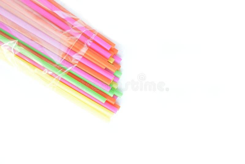 Pajas de beber pl?sticas coloreadas en un fondo blanco imágenes de archivo libres de regalías