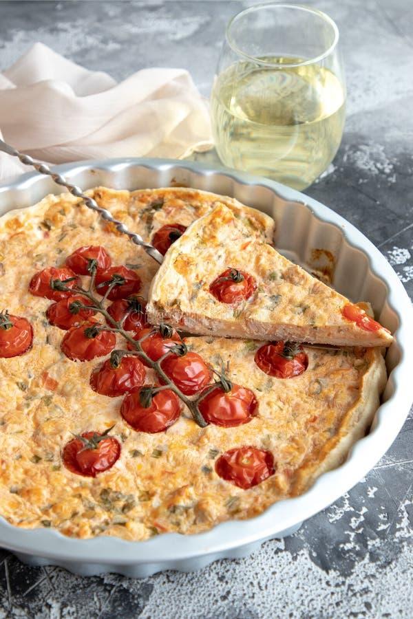 Pajpaj med kalkon, ost och tomaten royaltyfria foton