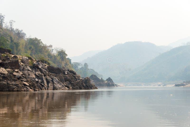 Pakbeng,老挝- 2015年3月04日:在湄公河的缓慢的小船巡航劈裂 库存图片