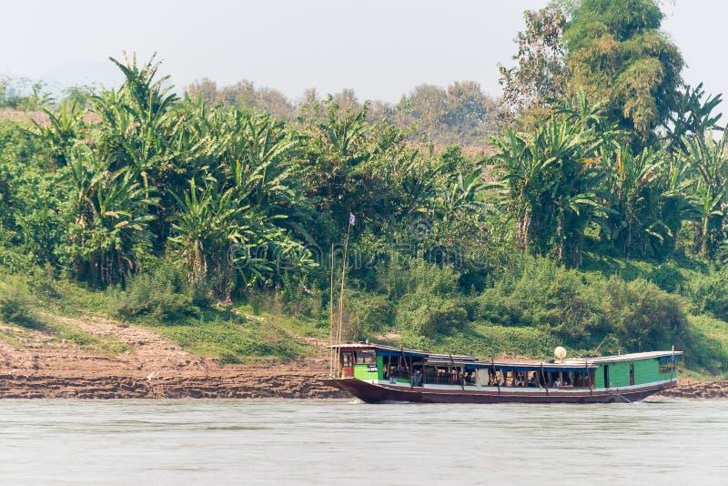 Pakbeng, Laos - 3 de marzo de 2015: La travesía lenta del barco en el Mekong Rive foto de archivo