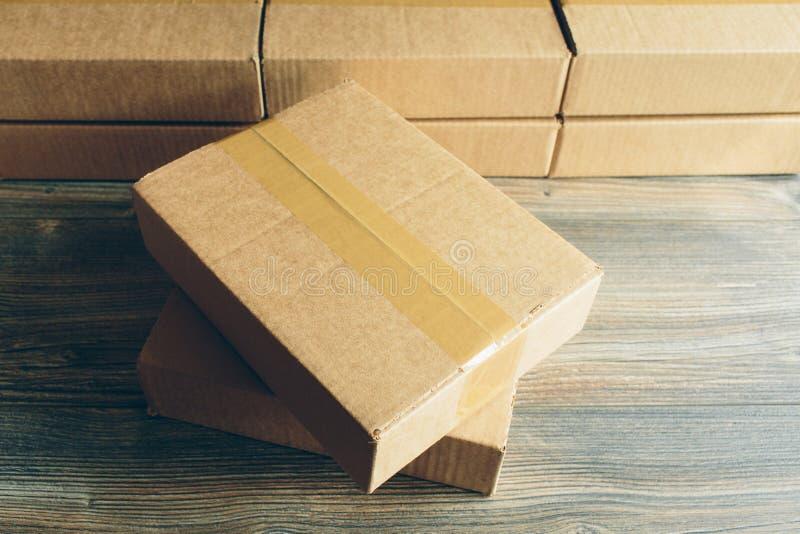 Paket auf dem Tisch stockbilder