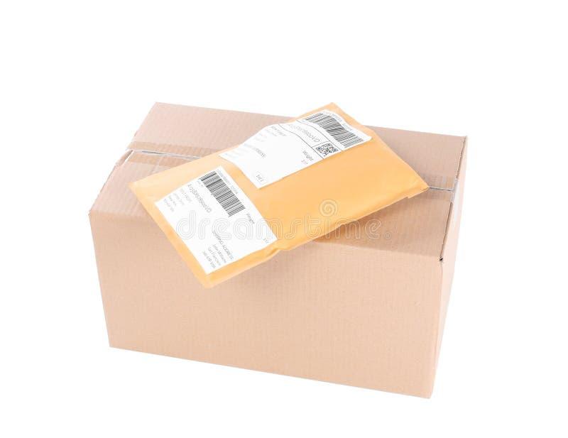 Paket des aufgefüllten Umschlags und der Pappe lizenzfreies stockfoto