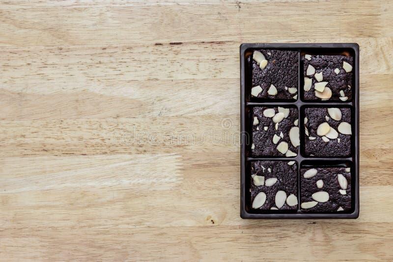 Paket des Schokoladenschokoladenkuchens auf hölzernem Hintergrund stockbilder