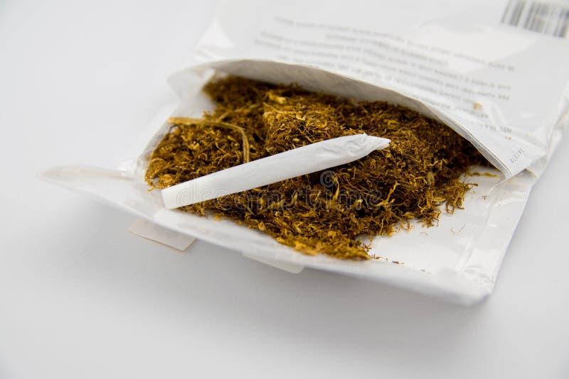 Paket des Tabaks und der handgemachten Zigarette lizenzfreie stockfotografie