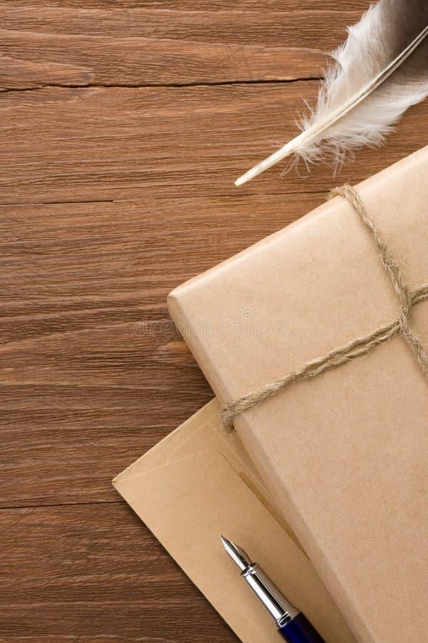 Paket eingewickelt mit braunem Papier auf Holz lizenzfreie stockbilder