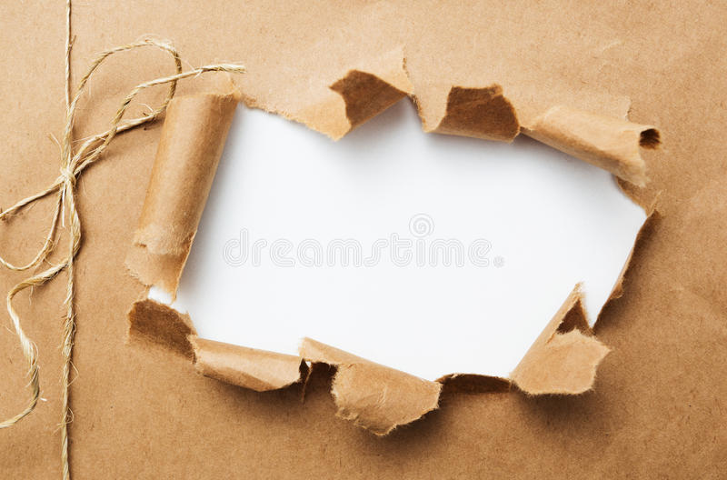 Paket zerrissen auf weißem Hintergrund stockbild