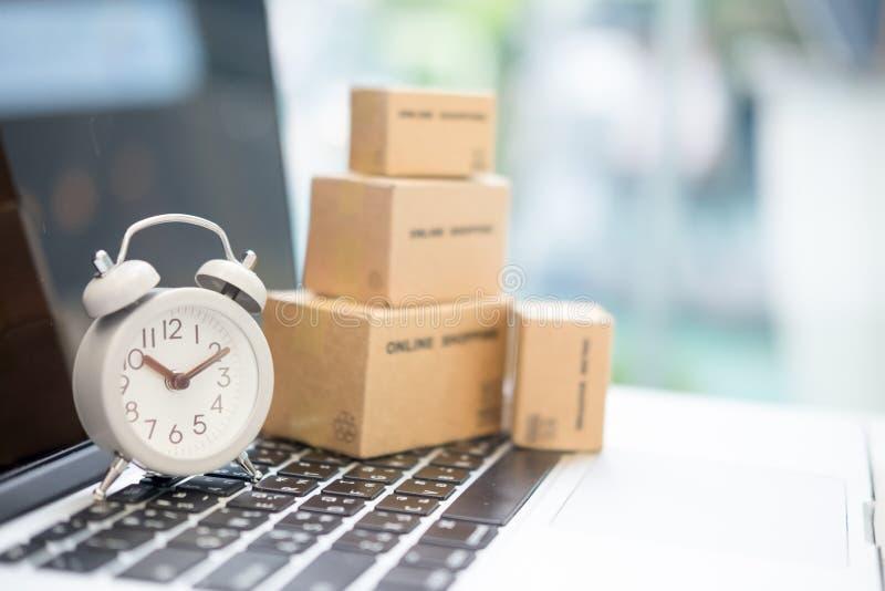 Paketkasten für Lieferung zum Kunden Vermarktendes Produkton-line-th lizenzfreie stockfotos