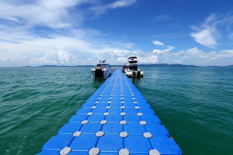 Pakgroep Blauwe Kubussenvlotter op duidelijk Oceaan mooi strand FO royalty-vrije stock fotografie