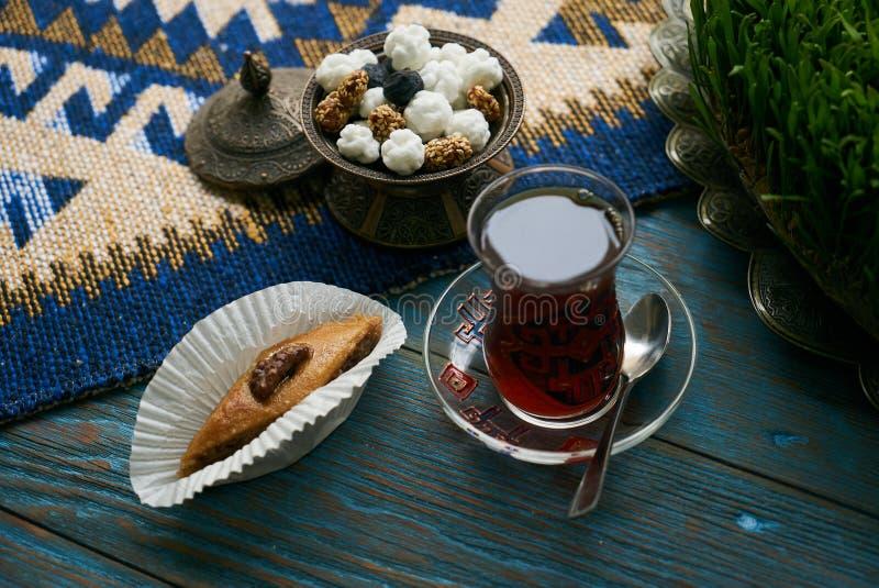 Pakhlava oder Baklava mit Nüssen und Honig lizenzfreies stockfoto