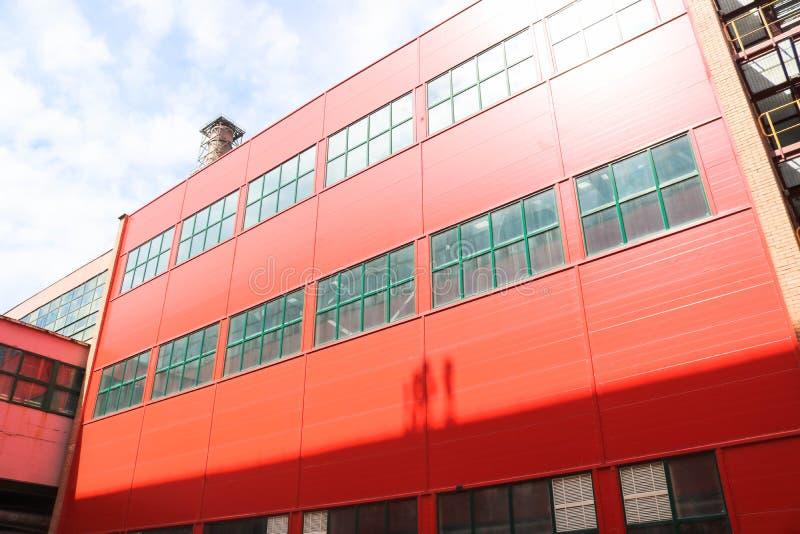 Pakhuis, de commerciële bouw, industrieel, buiten, moderne fabriek, zaken, de industrie, distributie, nieuwe deur, voorgevel, roo royalty-vrije stock fotografie