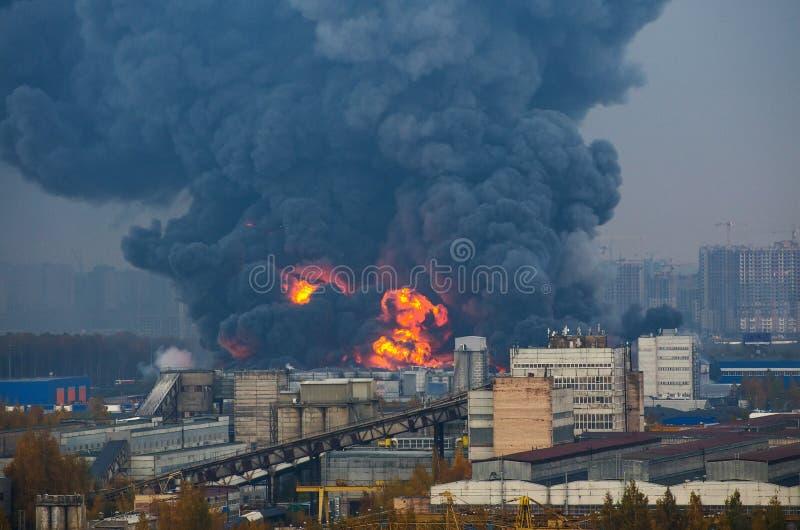 Pakhuis die sterke brand in pakhuizen zwarte rook en brand bouwen royalty-vrije stock afbeelding