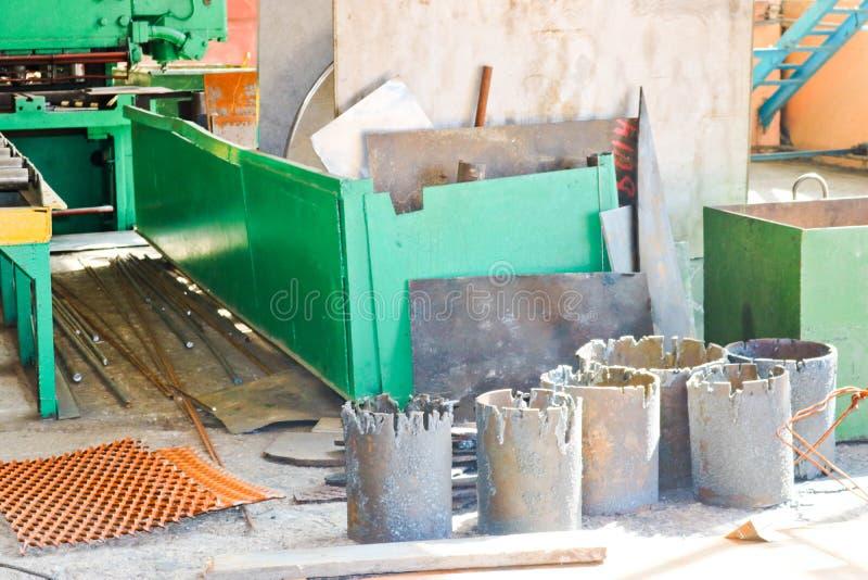 Pakhuis, opslag van ijzerschroot met metallurgische mtallbladen en spaties klaar voor verwerking bij petrochemisch, royalty-vrije stock foto's