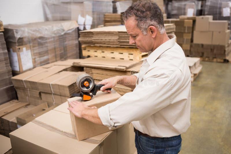 Pakhuisarbeider die een verzending voorbereiden royalty-vrije stock afbeeldingen