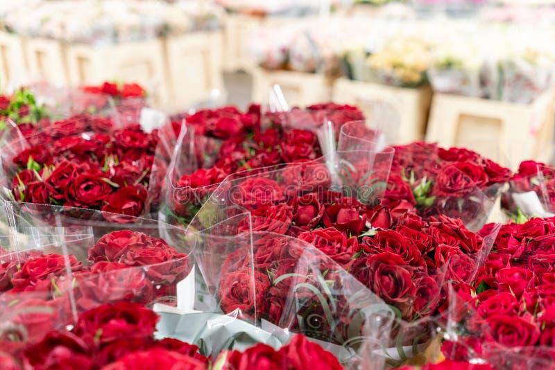 Pakhuisijskast, In het groot bloemen voor bloemwinkels Rode rozen in een plastic container of een emmer Online opslag royalty-vrije stock afbeelding