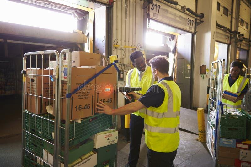 Pakhuismanager die op de voorbereiding van een levering toezicht houden stock foto's