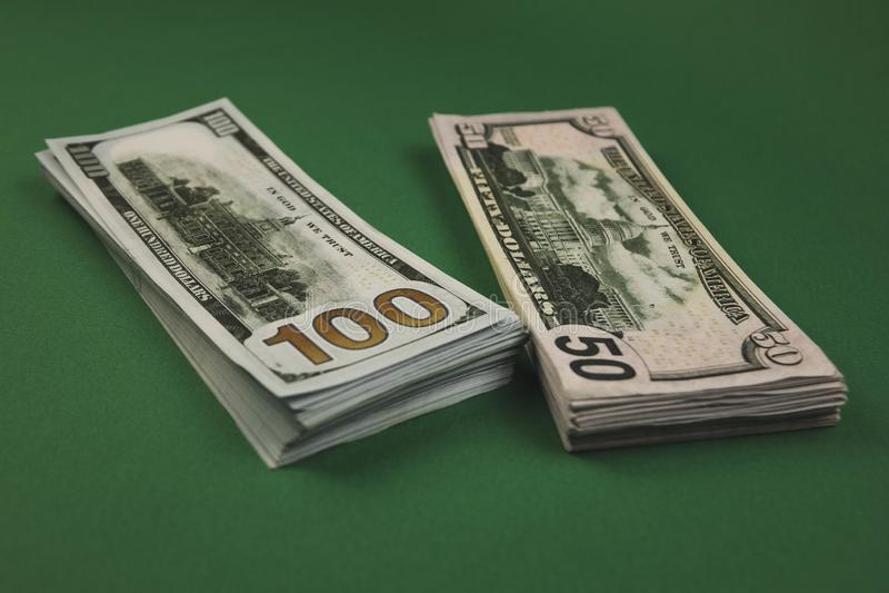 Pakiety dolarów, kauczuku i euro na zielonym tle Stosy kasowe o różnych rozmiarach Zarobiony na ciężką pracę Oszczędności pienięż obraz royalty free