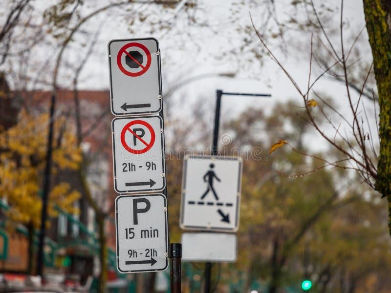 Paking nordamericano tipico e nessun segni di parcheggio con le istruzioni dettagliate su Montreal contenuta regolamenti di parch fotografie stock libere da diritti