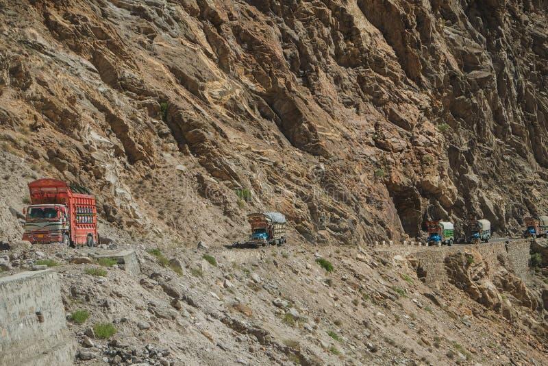 Pakistaanse vrachtwagens die langs de Karakoram-weg reizen pakistan royalty-vrije stock foto