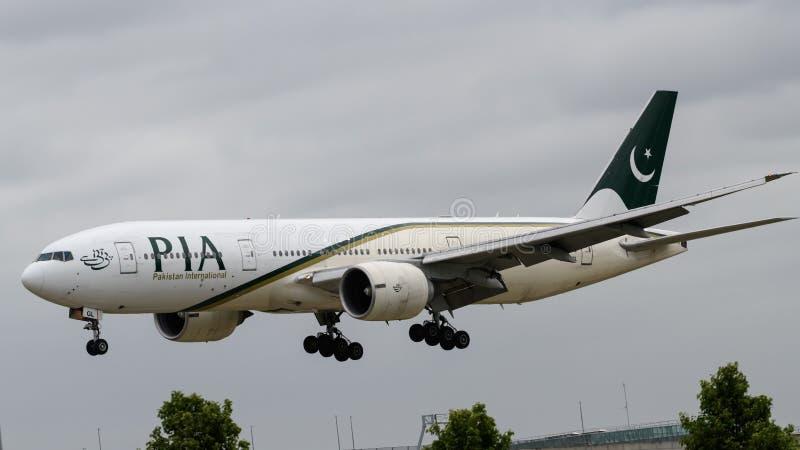 Pakistan International Airlines Boeing 777 landning royaltyfria foton