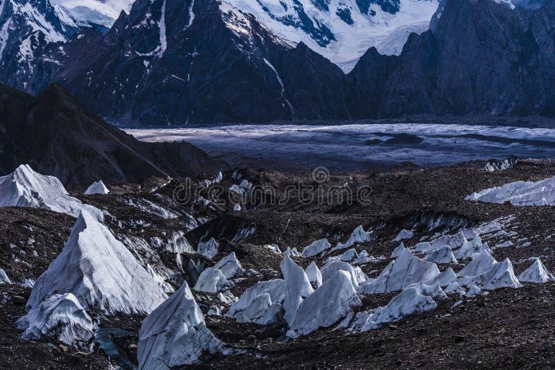 Pakistan Karakoram K2 som trekking solnedgång för Mt Trango arkivfoton
