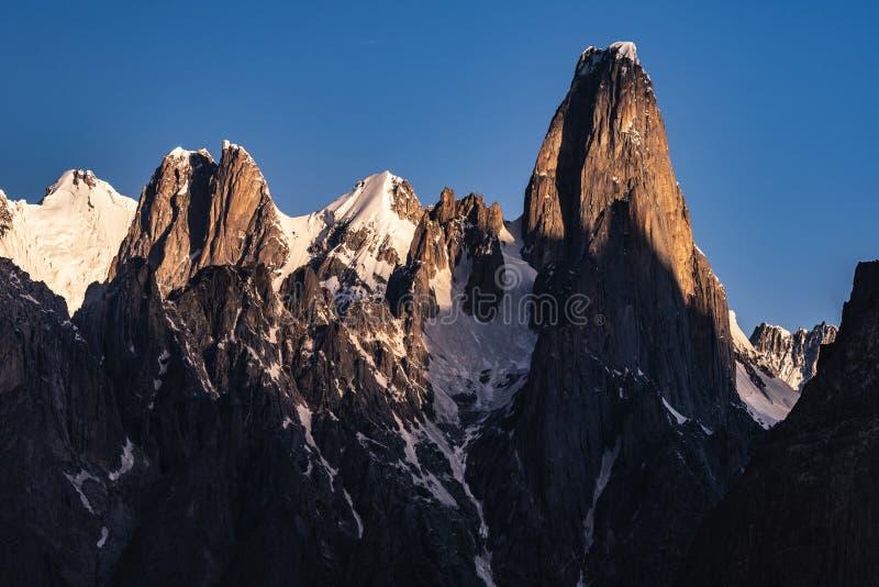 Pakistan Karakoram K2 som trekking solnedgång för Mt Trango royaltyfria foton