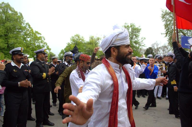 Pakistanertanz in den traditionellen Kostümen lizenzfreie stockfotos