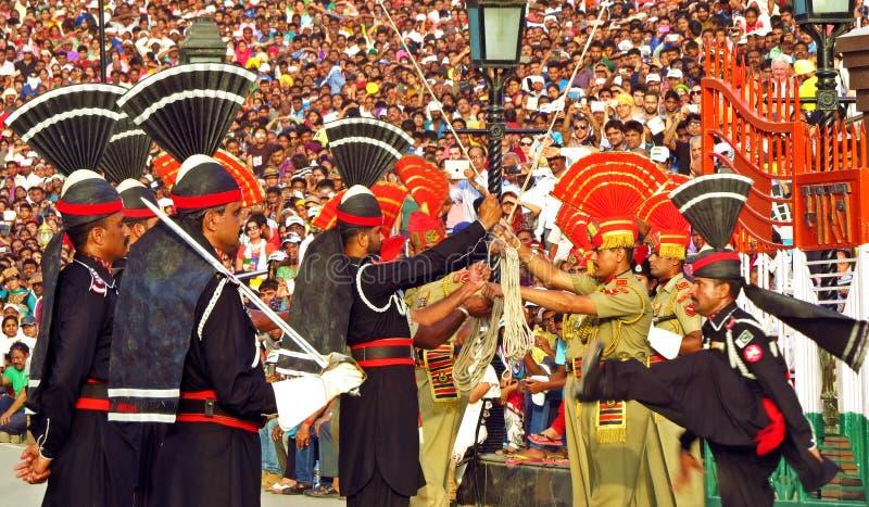 Pakistani Indische militairen bij grens het sluiten ceremonie tussen Pakistan en India, Wagha-grens stock foto