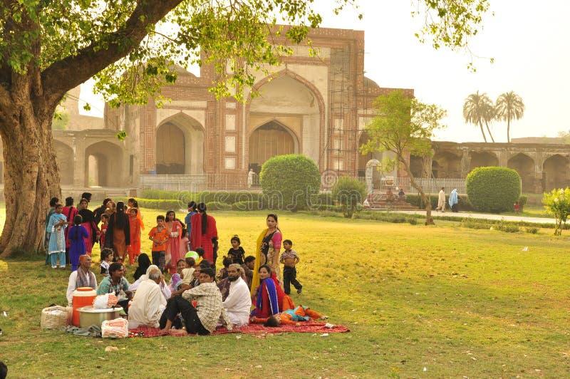 Pakistanische Familie, die ein großes Picknick hat lizenzfreies stockfoto