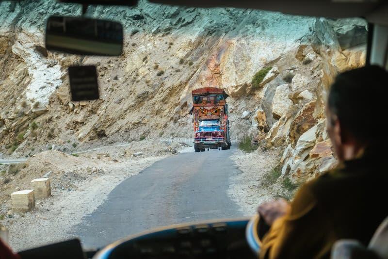 Pakistansk dekorerad lastbil på bergvägen i den Karakoram huvudvägen, Pakistan royaltyfria foton