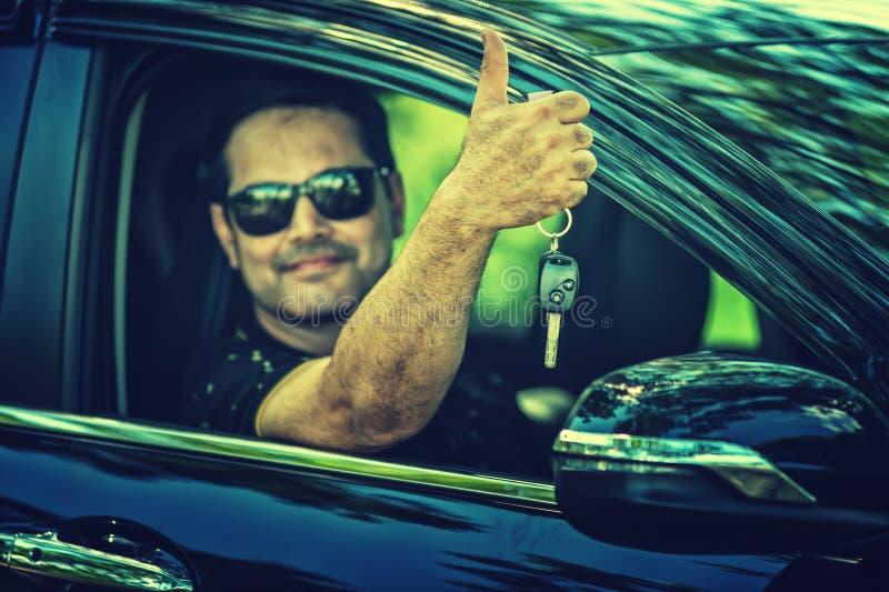Pakistansk tangent för muslimmanvisning av hans bil arkivfoto