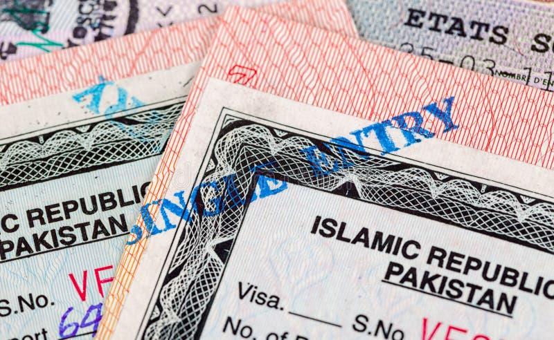 Pakistanska visumstämplar i pass arkivfoton