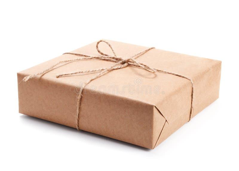 Pakket dat met bruin verpakkingsdocument wordt verpakt stock fotografie