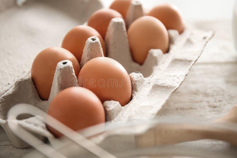 Pakket met eieren op lijst Bakkerijworkshop royalty-vrije stock fotografie