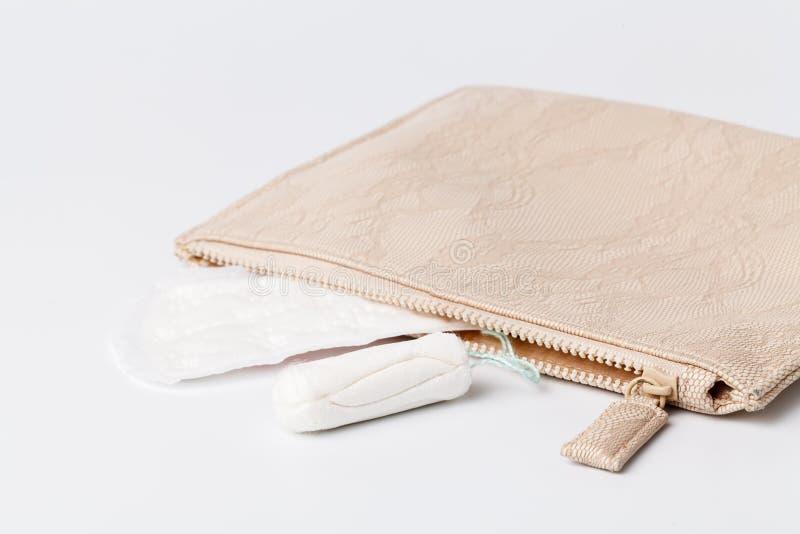Pakket van vrouwelijk maandverband, een absorberend punt versleten door a stock foto's