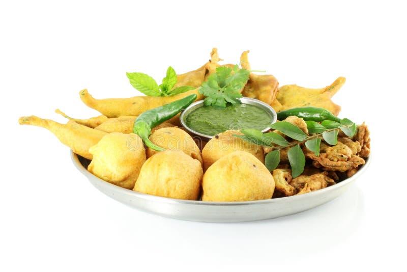 Pakoda del vada de la patata o bocado indio de la comida del buñuelo en fondo blanco puro foto de archivo libre de regalías