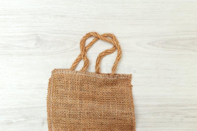Pakować robić od przetwarzających materiałów na drewnianym tle zdjęcie stock