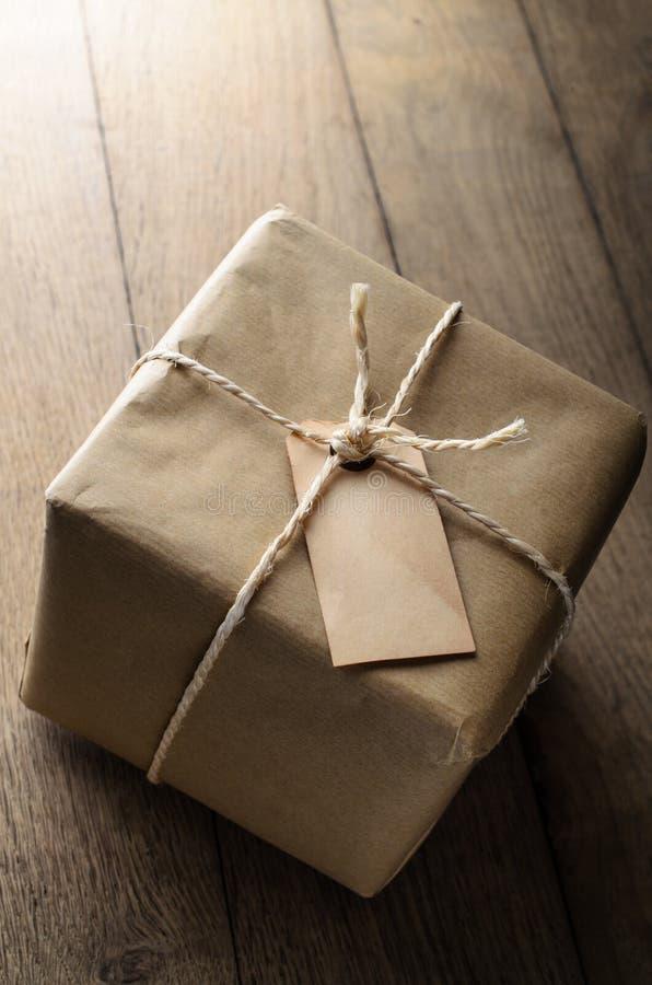 Pakpapierpakket met Koord en Spatie Doorstaan Etiket stock fotografie