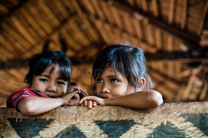 PAKSE, LAOS, o 14 de agosto: Laos não identificado pouco no hous imagens de stock royalty free