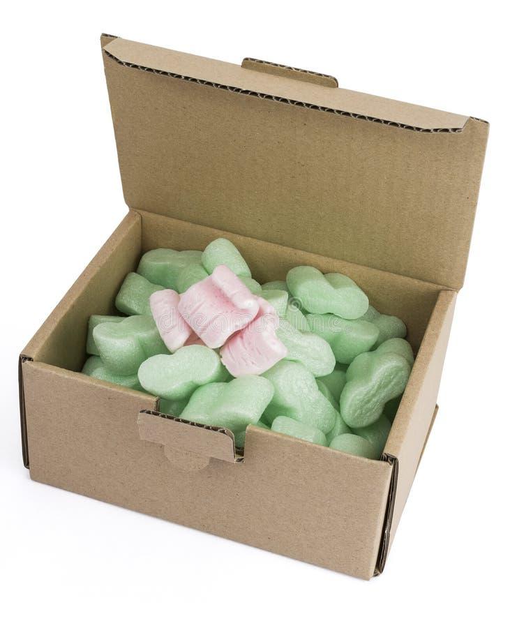 Pakujący pudełko z zieleni niektóre i pianą różowi ones fotografia stock